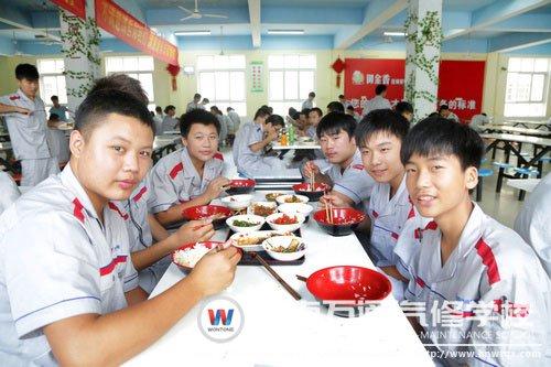 同学们在一起吃饭,美味!