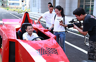 都市频道报道湖南万通改装F1赛车