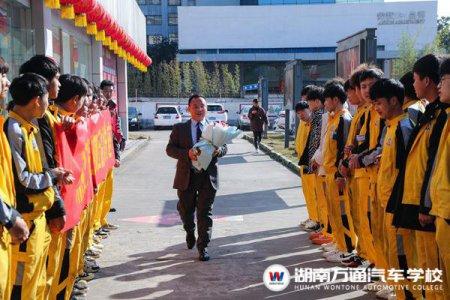开学第一课:荣威4S店服务总监进校园 助力学子汽车梦